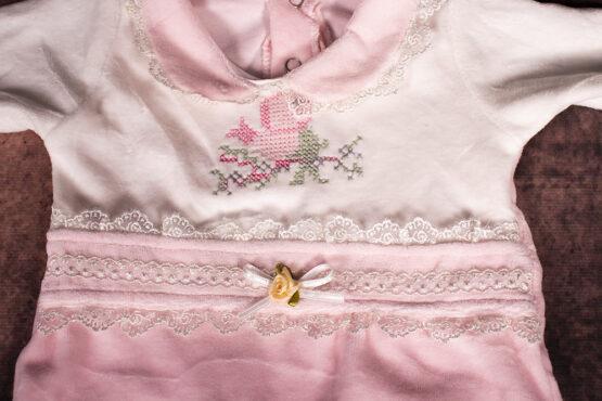 Salopetă din catifea pentru bebeluși cu floare brodată